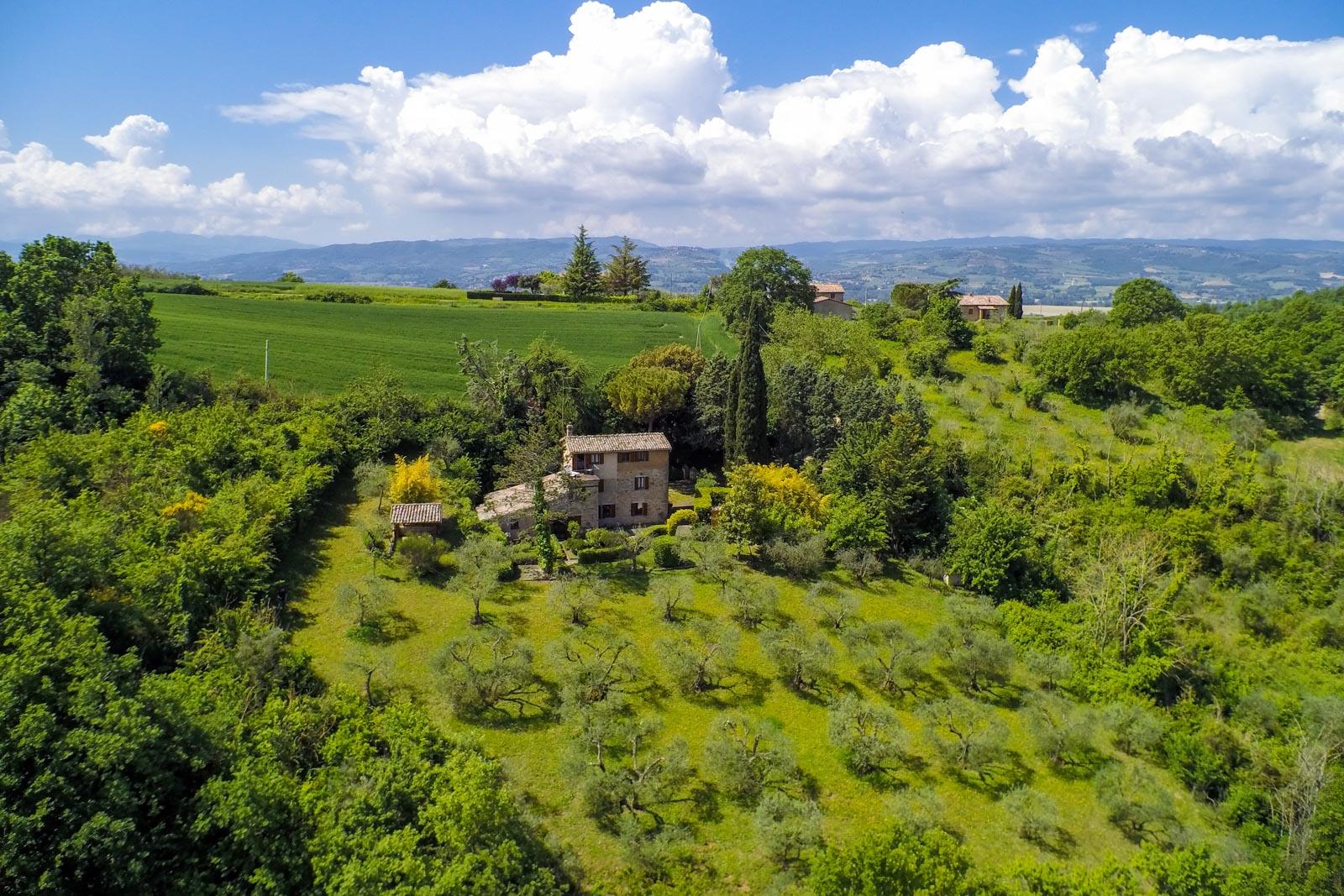 Affascinante casale in pietra in posizione incantevole nelle colline tra Todi e Collazzone
