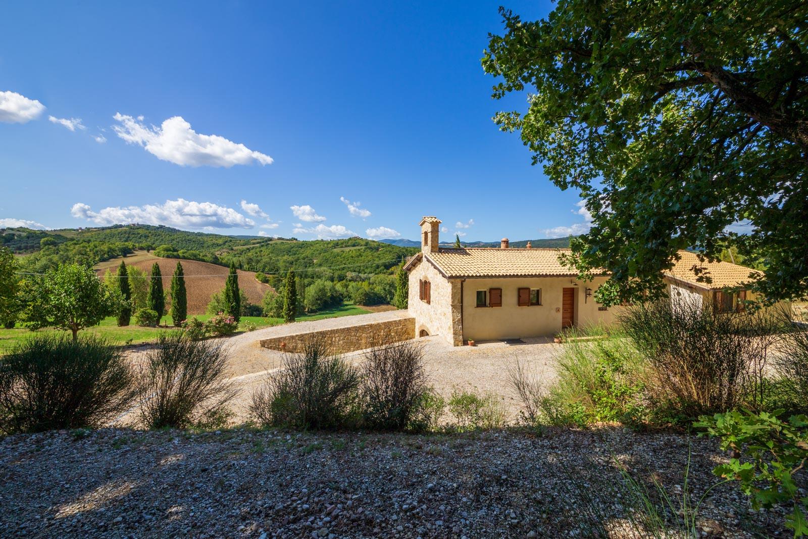 Proprietà unica situata sulle colline intorno a Todi con splendida vista panoramica sulla campagna