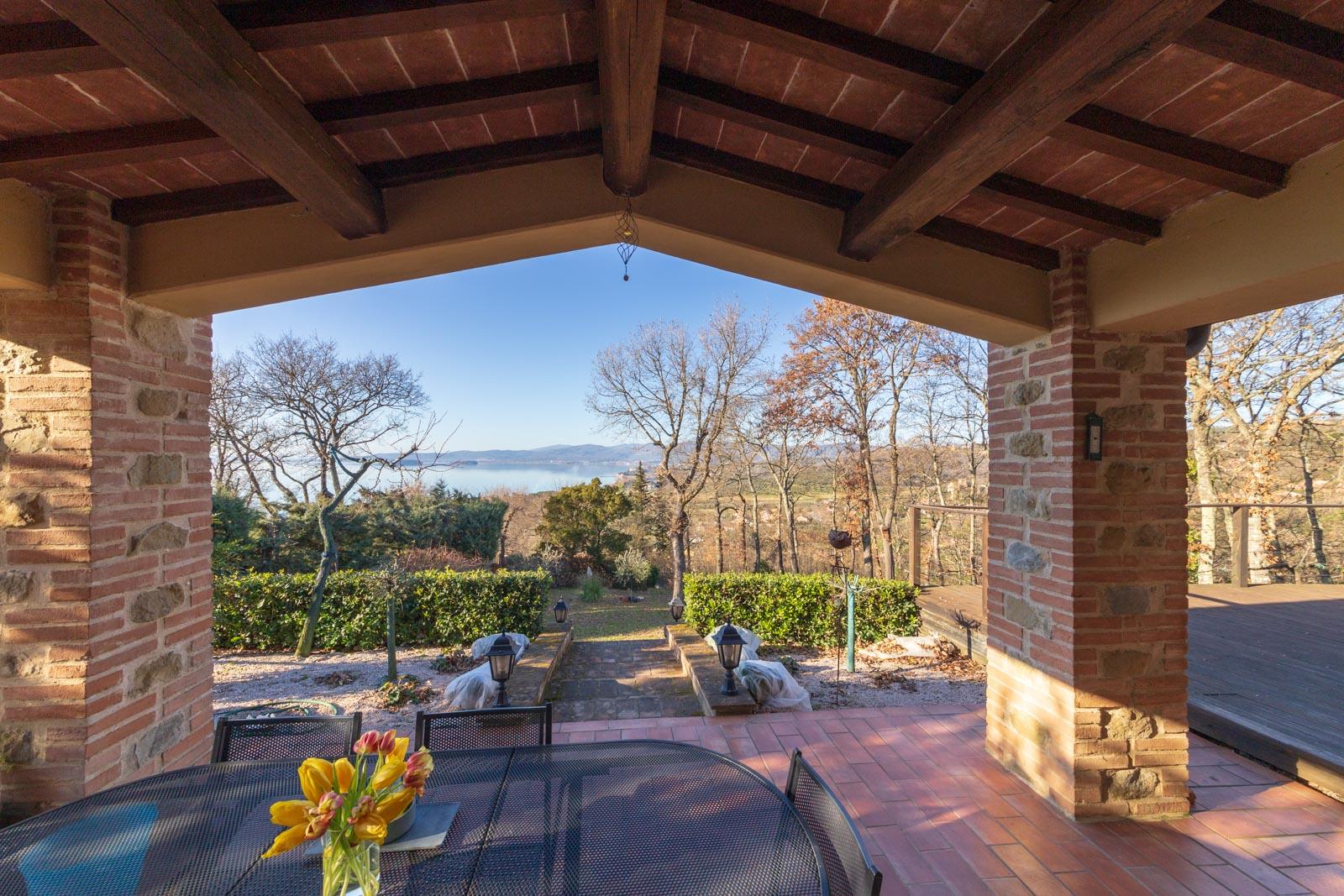 Graziosa casa in pietra di nuova costruzione con giardino e vista sul Lago Trasimeno