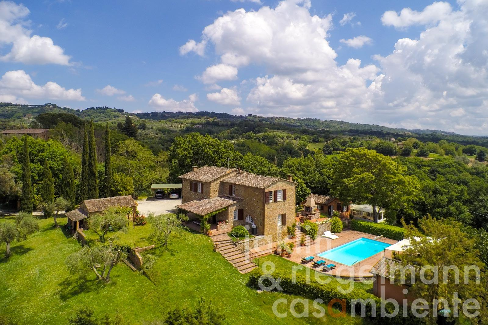 Farmhouse with guest house, garage and pool set within 4 ha of land near Città della Pieve in Umbria
