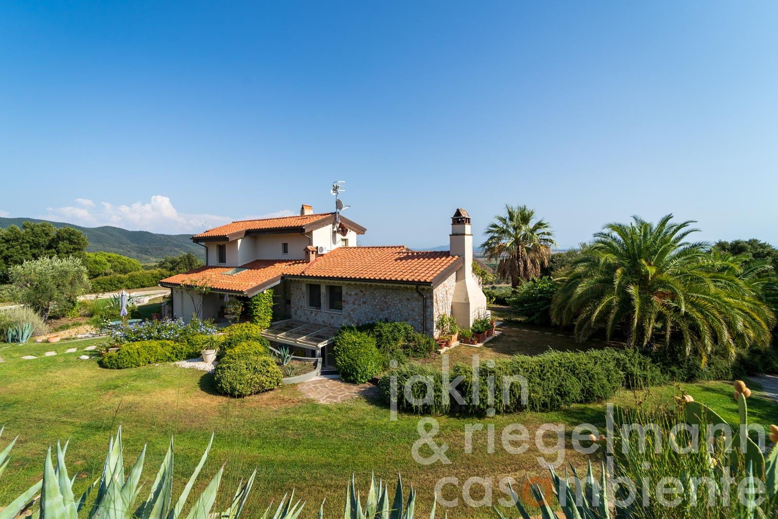 Beautifully situated country house with palm trees and sea view near Castiglione della Pescaia on the Tyrrhenian Sea
