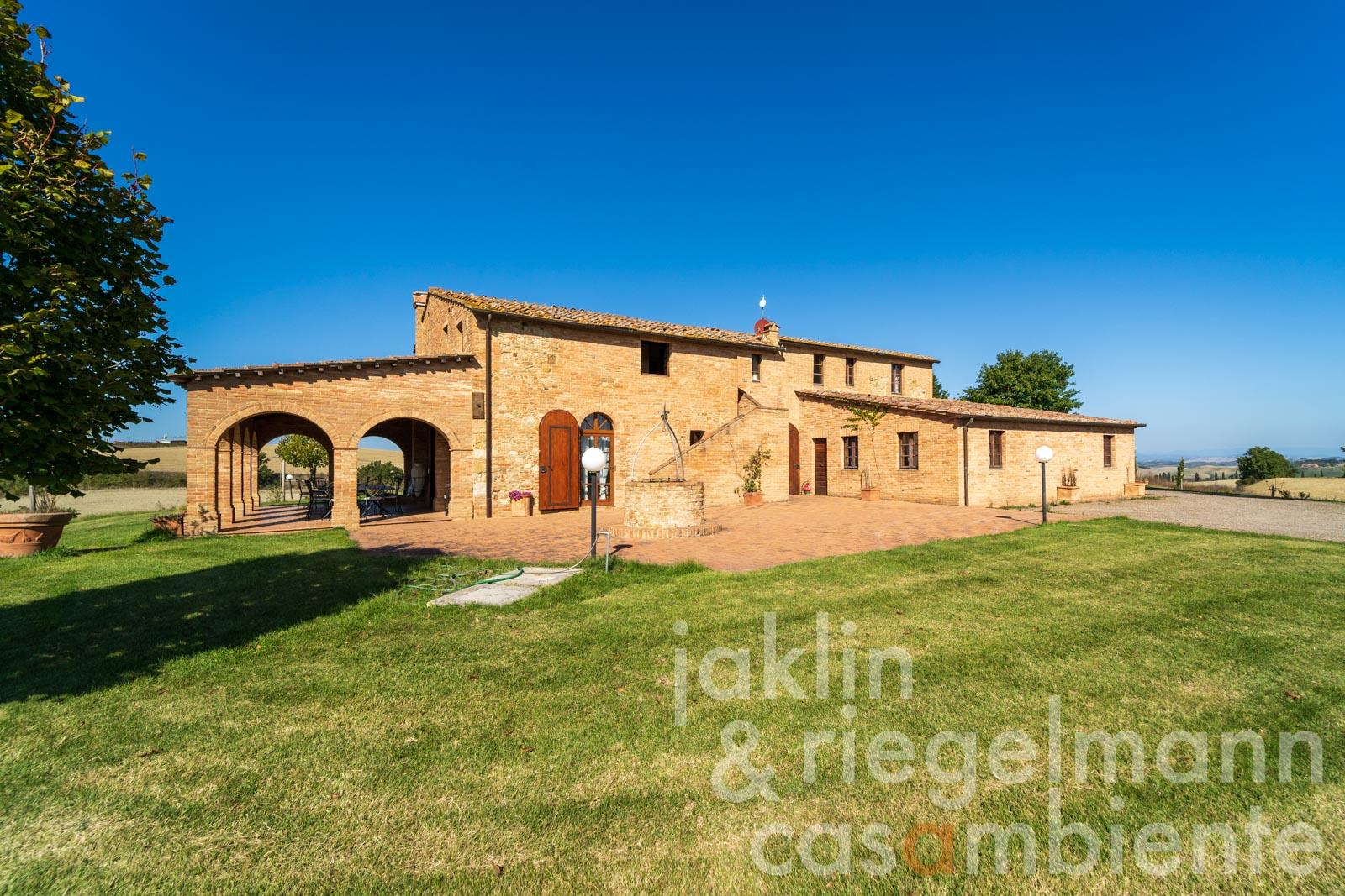 Country house between Siena and Montalcino with pool and views to the south