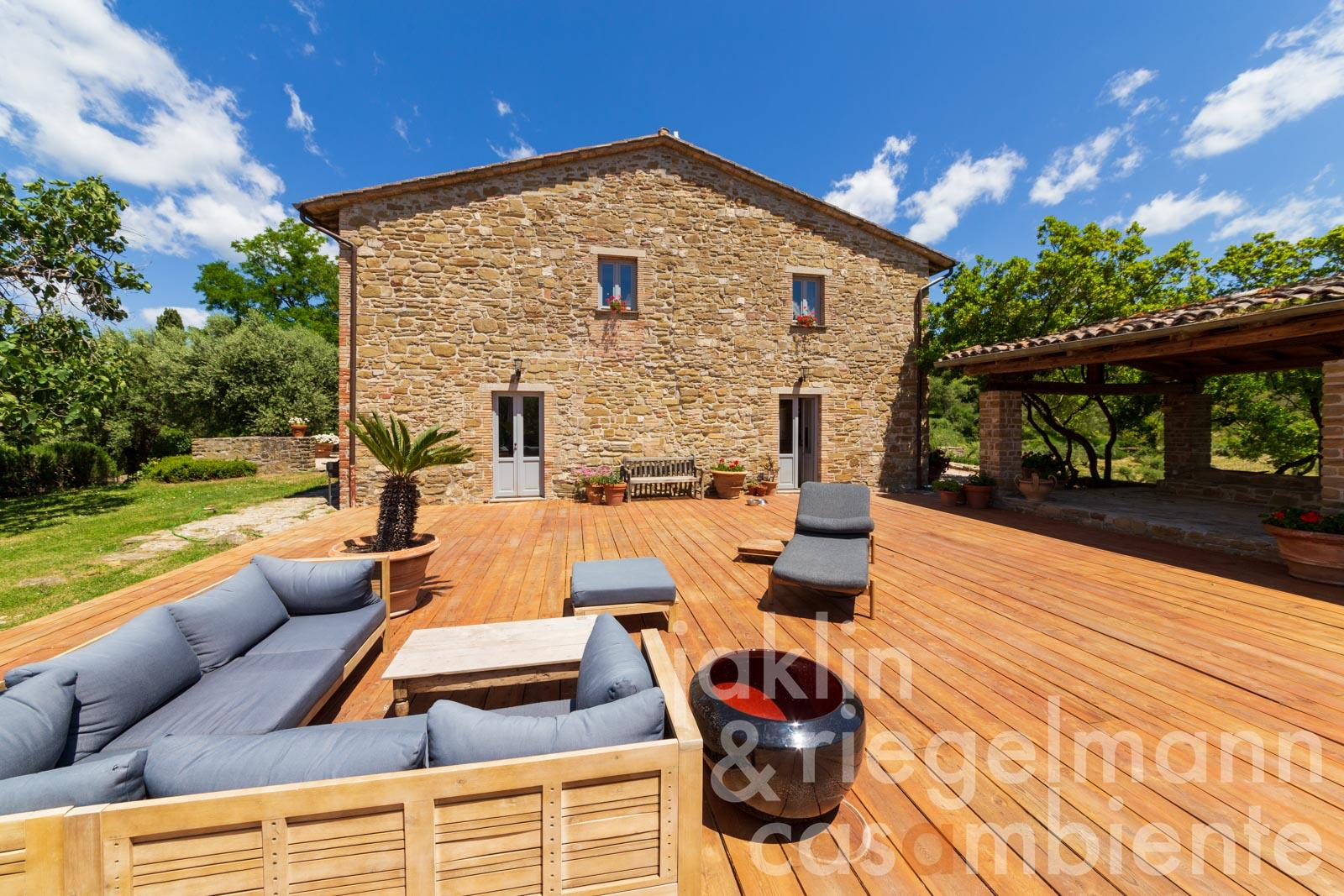 Special country estate in Umbria with 95 ha of land, panoramic views, pool and olive groves