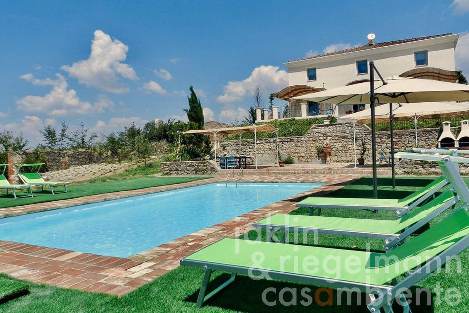 Elegant villa with pool and annex building to restore, with breathtaking views close to Siena in Tuscany