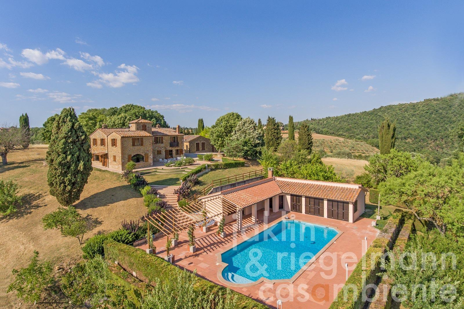 Imposing estate with 360° views over the hills of the Val D'Orcia near Pienza in Tuscany