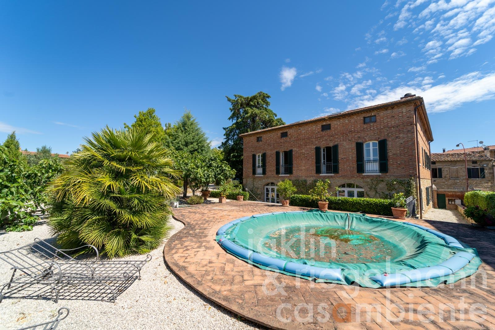 Villa with annex, olive grove, pool and magnificent views on the outskirts of a picturesque village