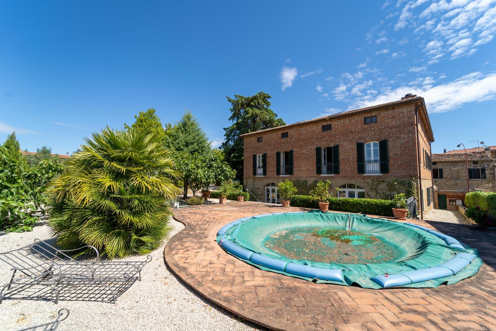 Villa mit Nebenhaus, Olivenhain, Pool und herrlichem Weitblick am Ortsrand eines malerischen Dorfes