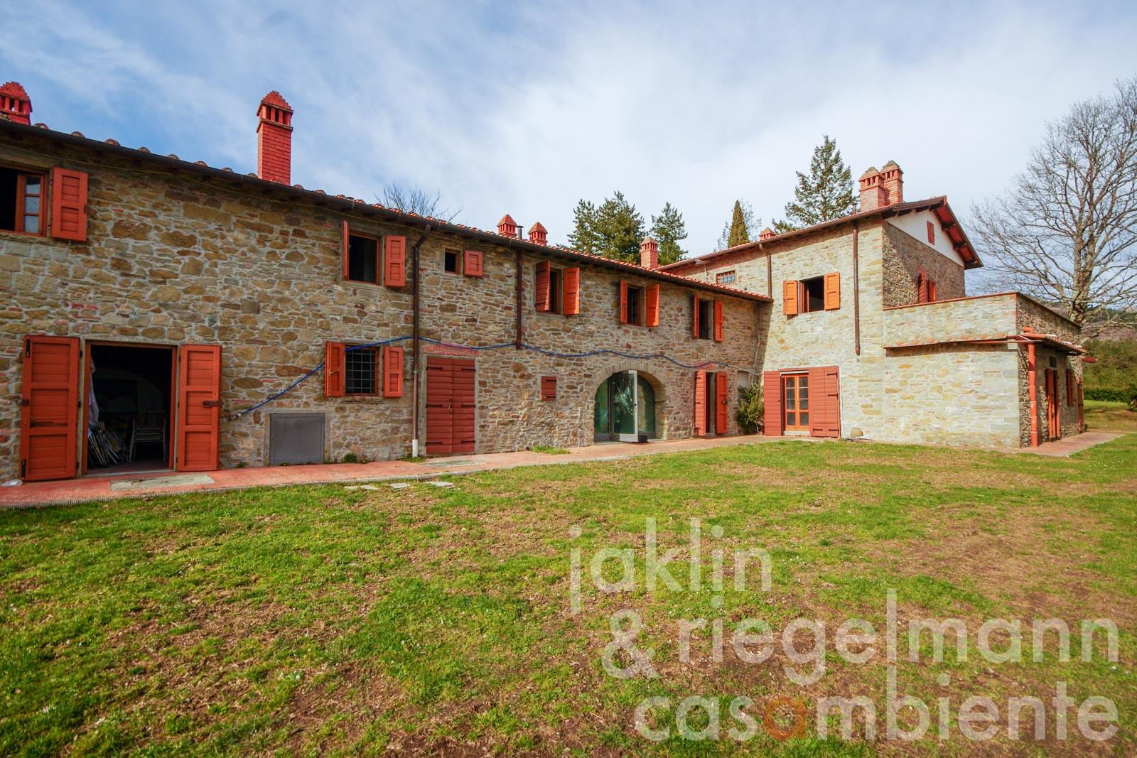 Country house with 40 hectares of land at lofty heights in the Val d'Arno