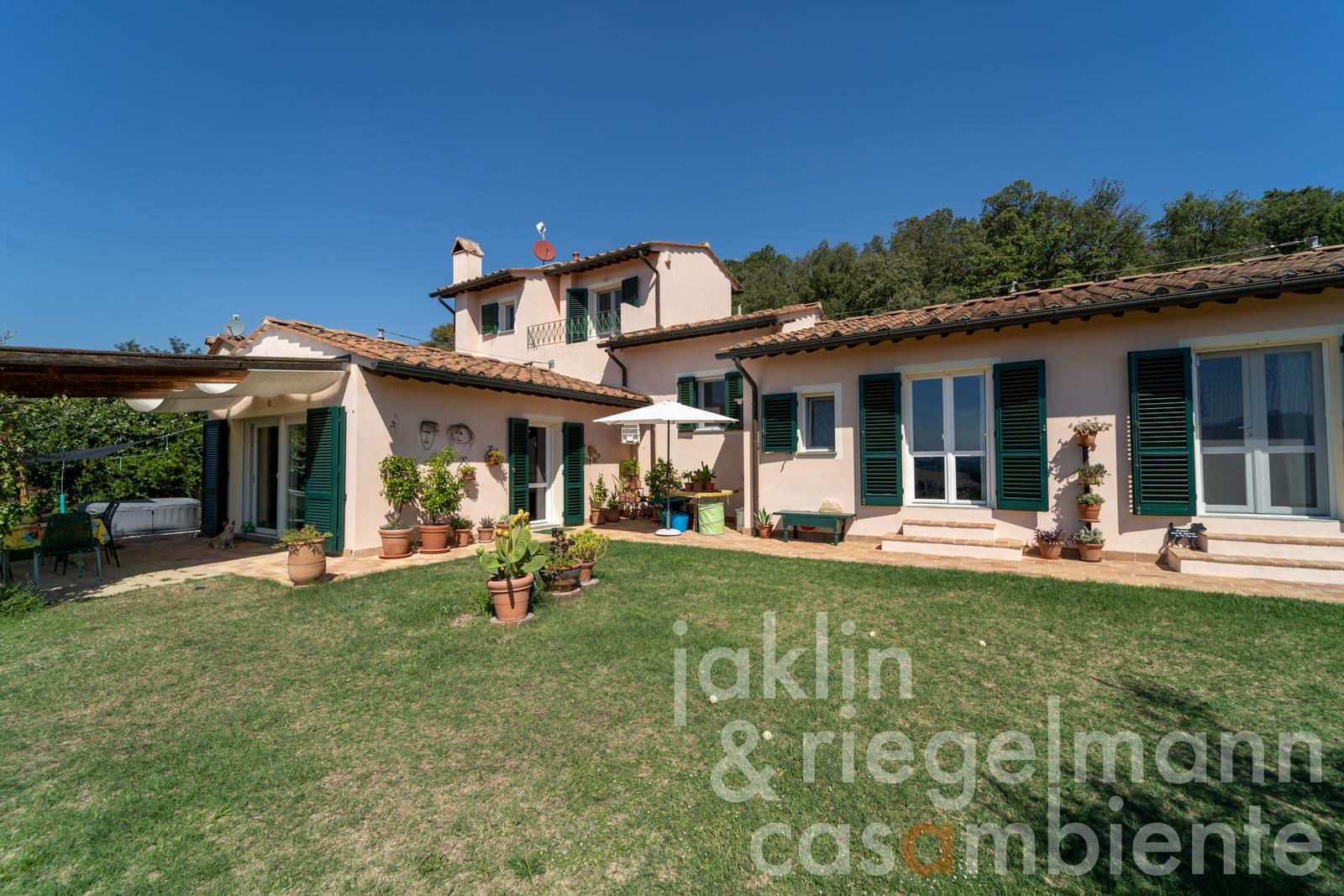 Villa on the edge of a small borgo with panoramic views 32 km from the sea