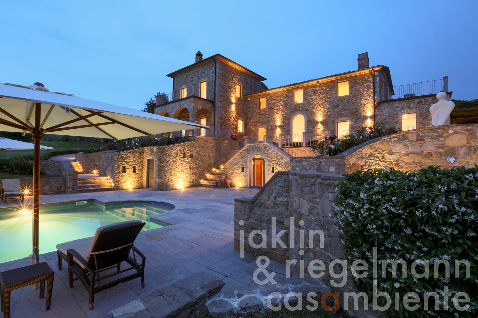 Prestigious property with 4 buildings, 2 pools and tennis court in Umbria