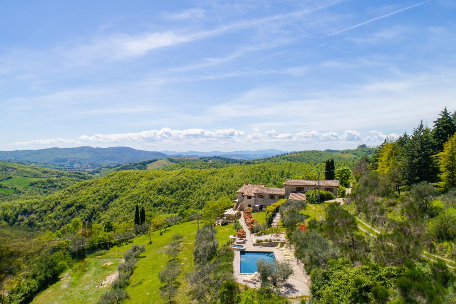 Casale in pietra ristrutturato con piscina nella campagna umbra a soli 15 km da Perugia
