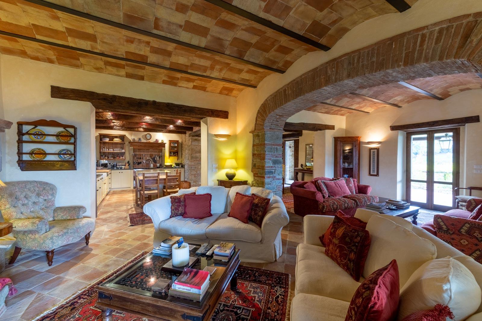 Casale con dependance, piscina e campo da tennis sopra la valle del Niccone