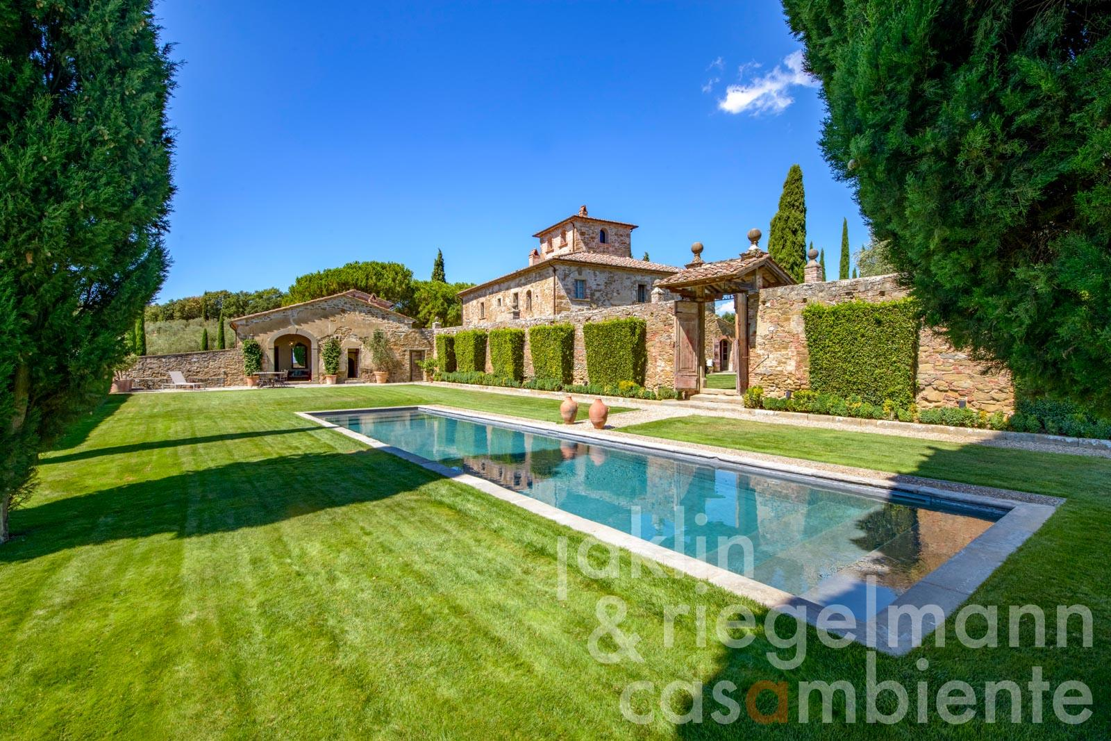 Villa Leopoldina with guest house, pool and approx. 5 ha of land at the edge of a medieval town