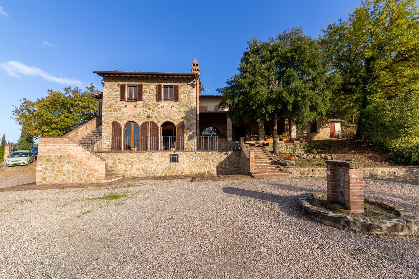 Splendido casale in pietra con piscina e vista spettacolare fino al Lago Trasimeno