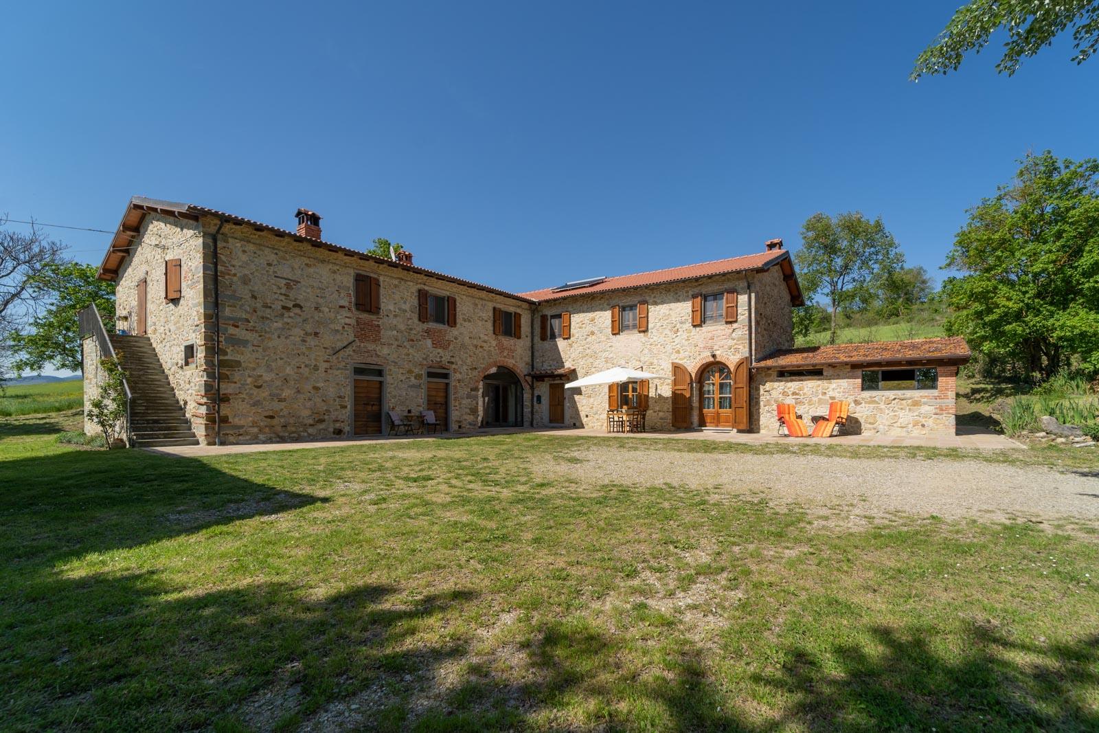 Tipico casale toscano in pietra naturale in posizione panoramica sulle colline del Casentino