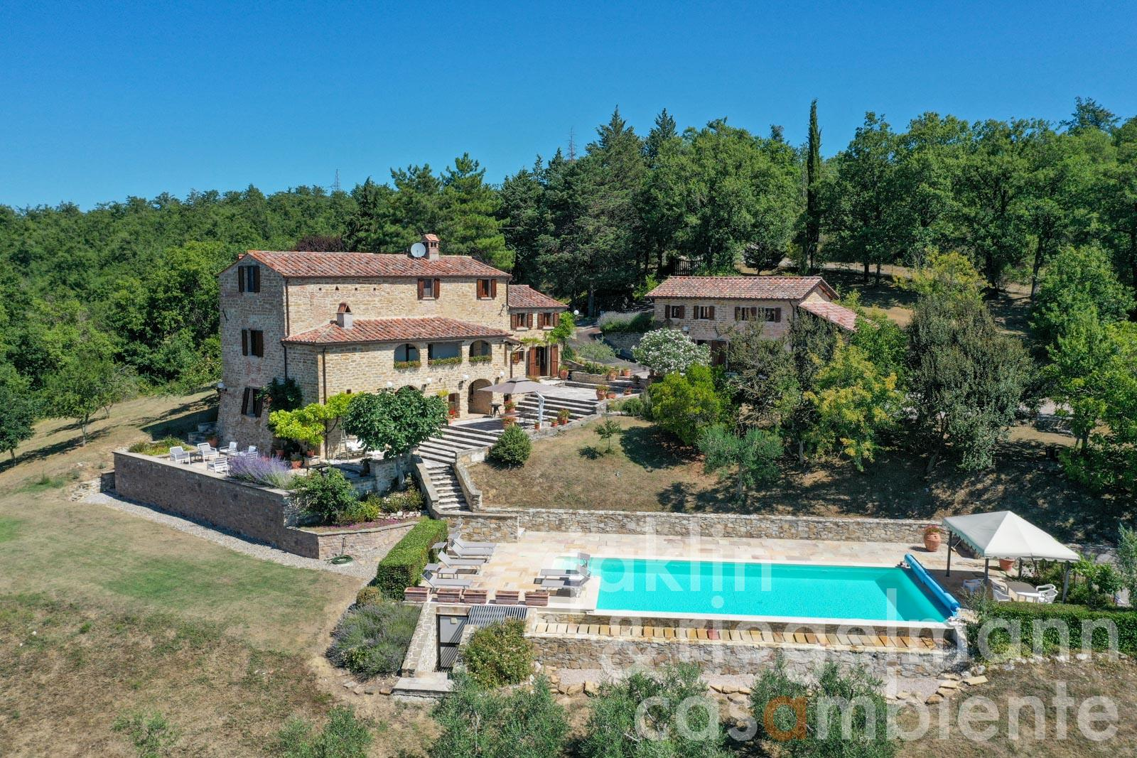 Country estate with two residences and pool near Lake Montedoglio