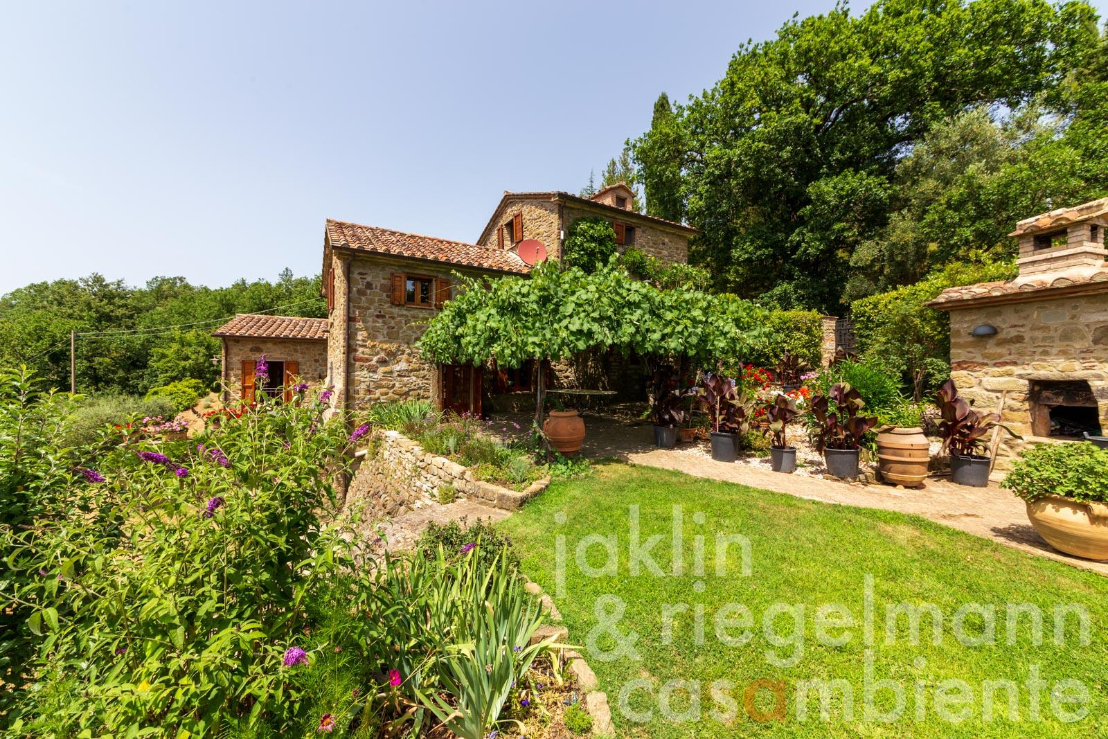 Charming restored country house with pool in Umbria on the border with Tuscany