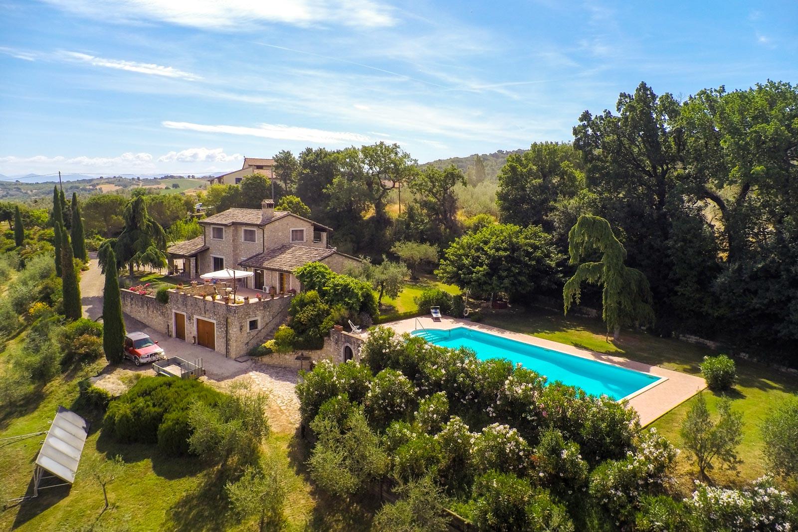 Deliziosa casa in pietra con piscina e vigneto e favolosa vista sulla campagna umbra