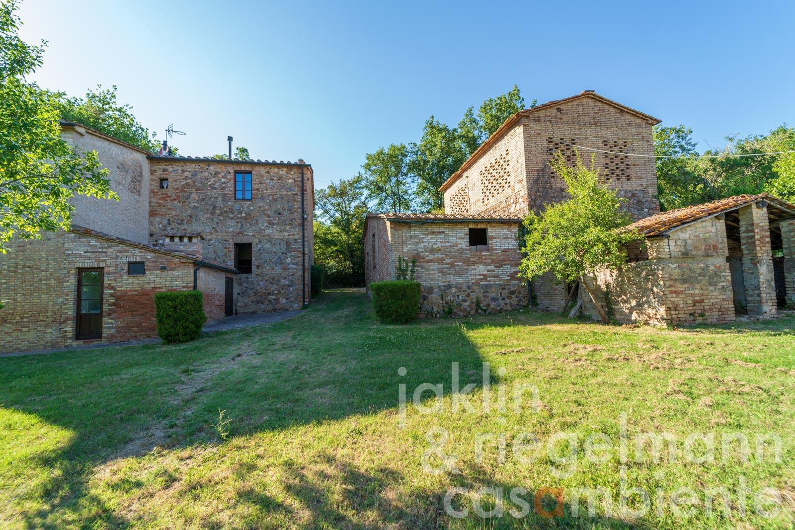 Agriturismo with 4 flats and barn near the Abbey of San Galgano