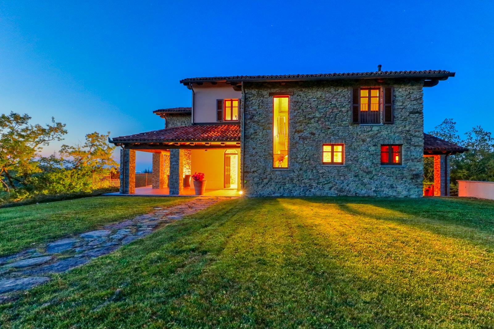 Casa di campagna elegantemente ristrutturata con piscina a sfioro e vista mozzafiato vicino ad Acqui Terme