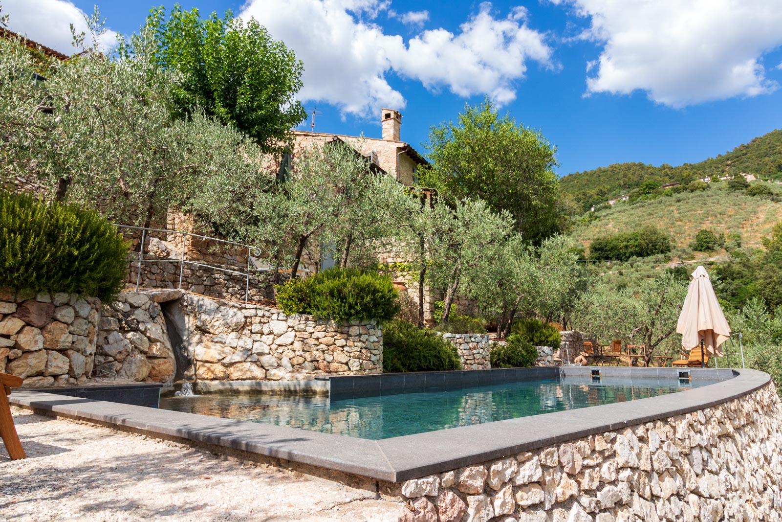 Restauriertes Natursteinhaus mit Pool am Rande eines Weilers mit Panoramablick über das Valle Umbra