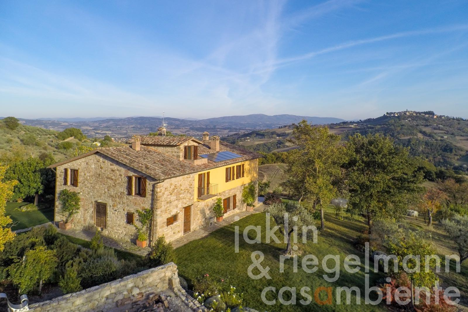 Stylishly restored farmhouse with outdoor jacuzzi, in a hilly position with stunning views near Todi