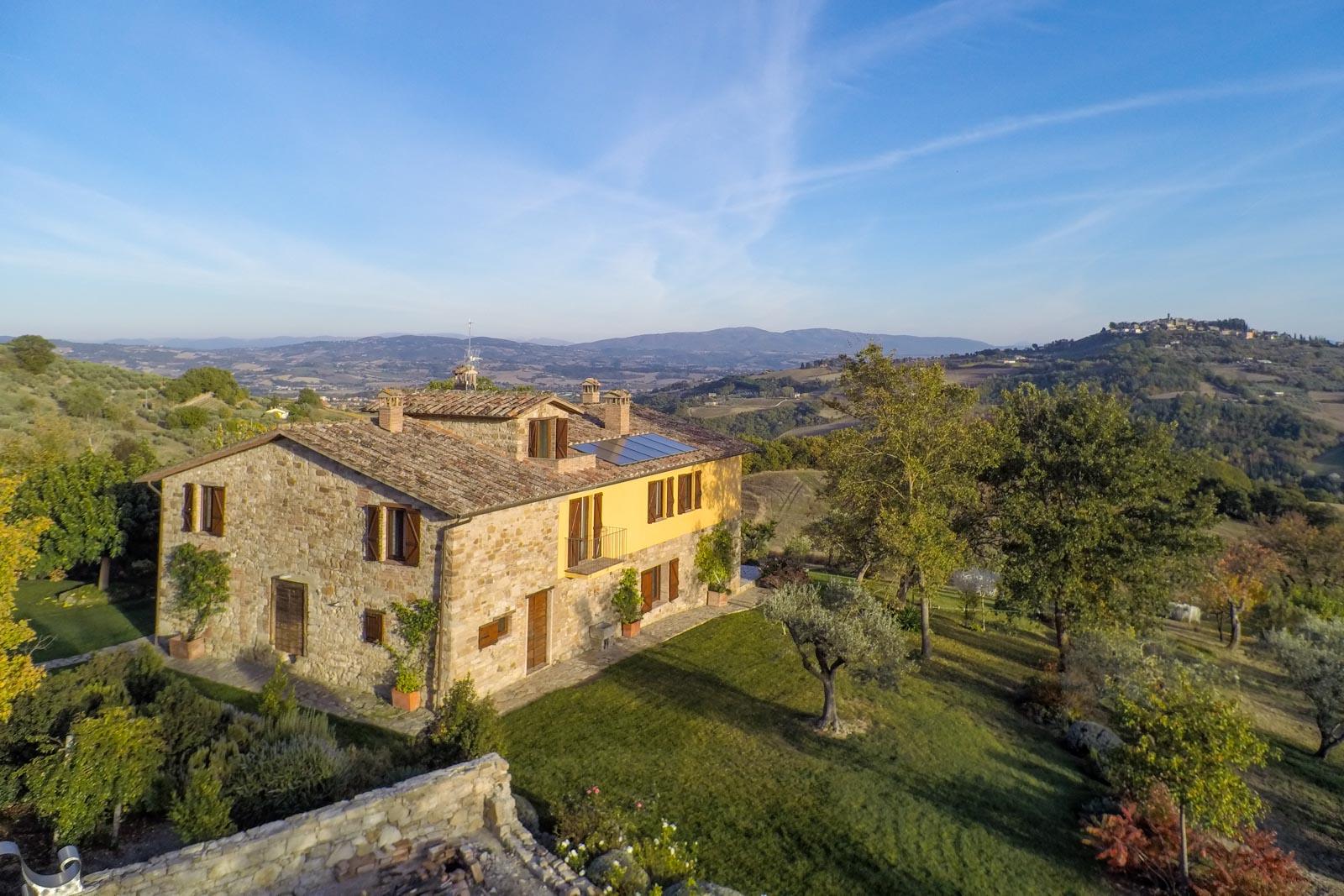 Stilvoll restauriertes Landhaus mit Whirlpool im Freien, in Hügellage mit herrlichem Blick in der Nähe von Todi