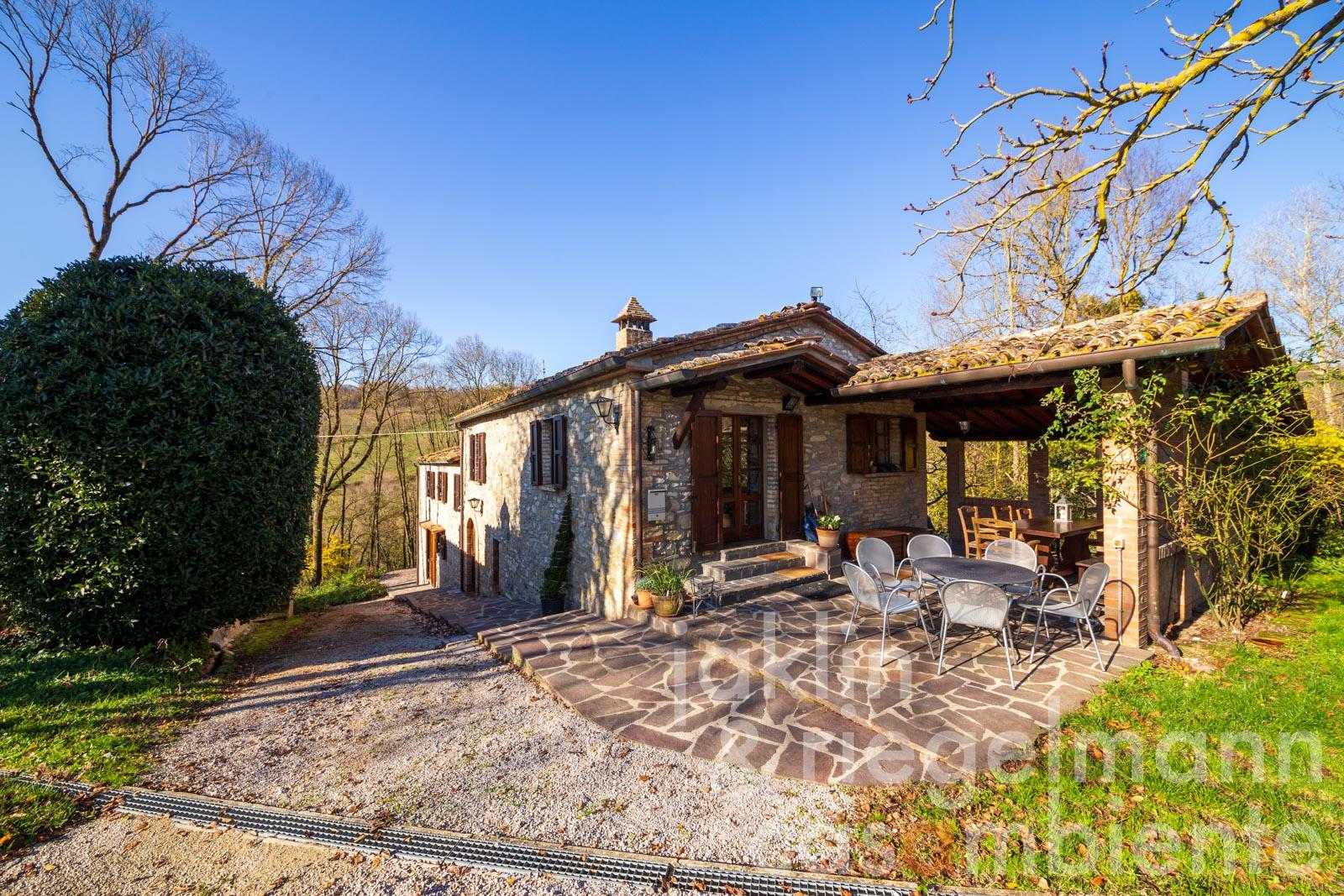 Stone farmhouse with annex buildings, pool, lake and approx. 9 ha of land near Montone