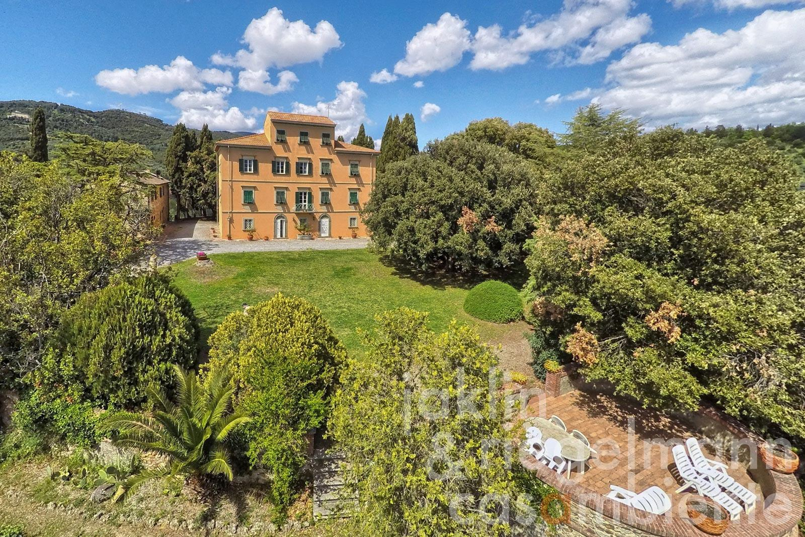 Historic Villa Padronale with annexe on its own hill with sea view