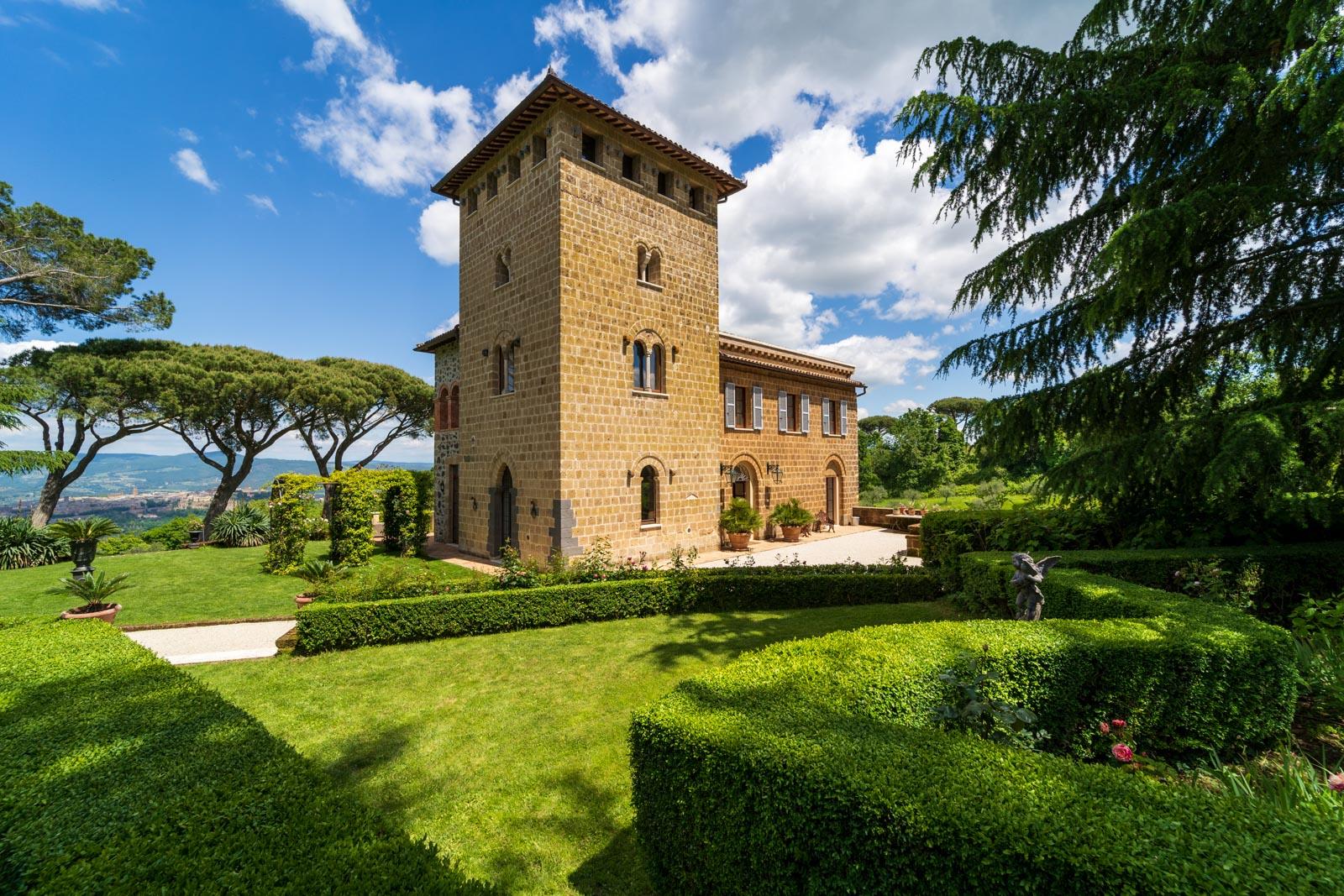 Villa ottocentesca con cottage per gli ospiti, appartamento per il custode e piscina con vista mozzafiato su Orvieto