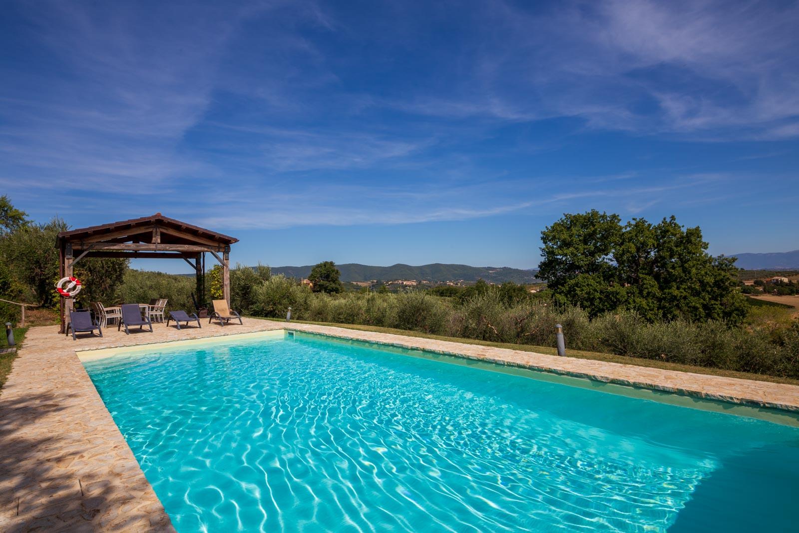Villa in stile moderno con piscina, situata ai margini di un caratteristico paesino tra Todi e Montefalco
