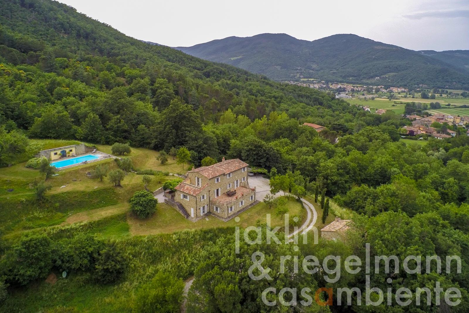 Beautiful country estate with main house, guest house, pool and pool house between Umbria and Tuscany