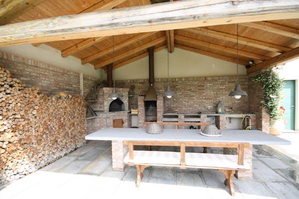 Die überdachte Veranda mit Holzofen und Grill