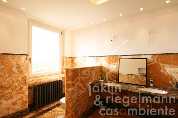 Das Badezimmer mit Badewanne im ersten Obergeschoss