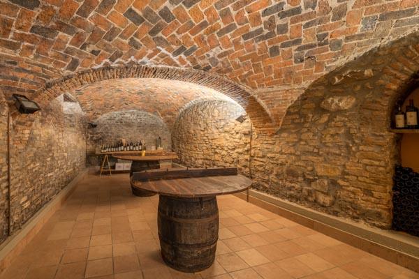 Der Weinkeller des Agriturismo zu verkaufen in geschützter Lage des Piemont nahe Acqui Terme