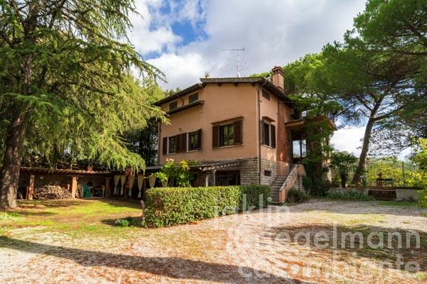 Agriturismo with vineyards and 112 hectares of land near San Gimignano