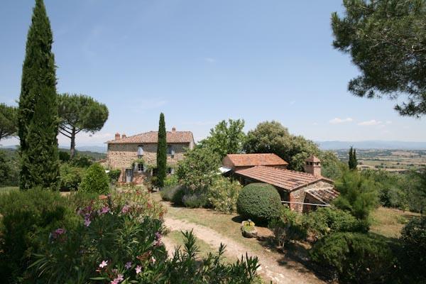 Das Natursteinhaus zu verkaufen mit Olivenhain in Aussichtslage über die toskanische Landschaft zwischen Arezzo und Siena