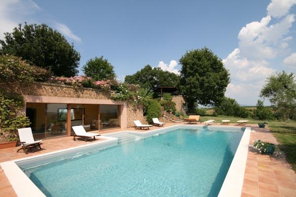 La piscina con l'ampio solarium