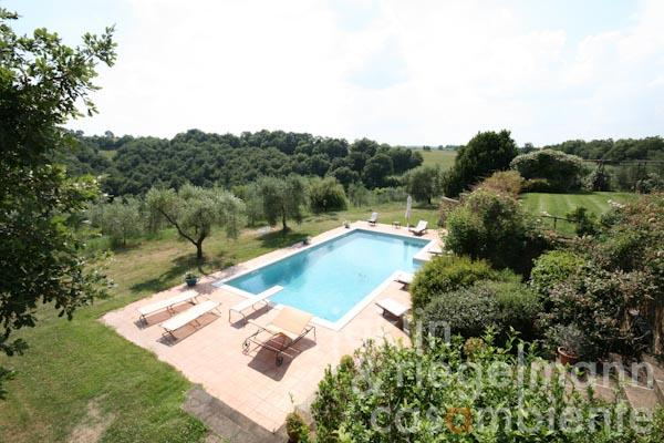La piscina vista dal giardino superiore