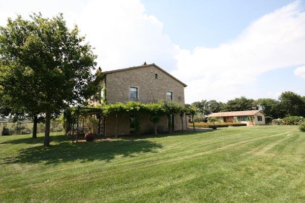 La casa di campagna e la casa degli ospiti visti dal giardino