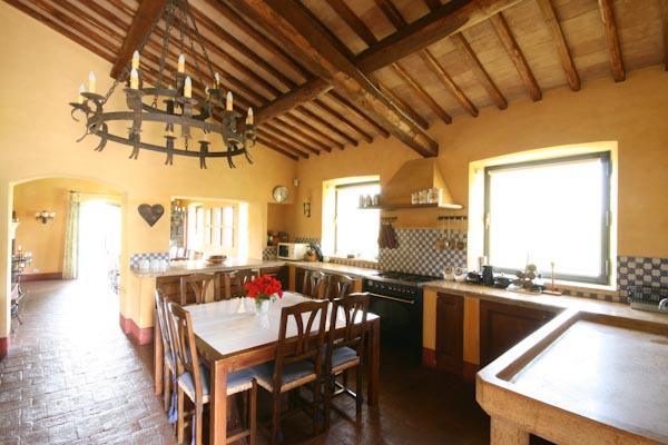 Die großzügige Küche im Erdgeschoss
