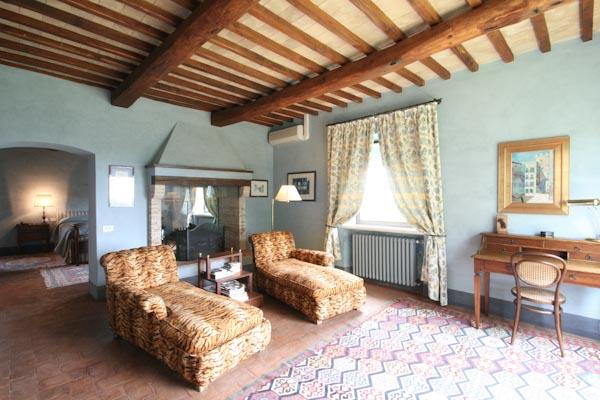 Der Wohnbereich mit Kamin im Eigentümer-Schlafzimmer im Obergeschoss