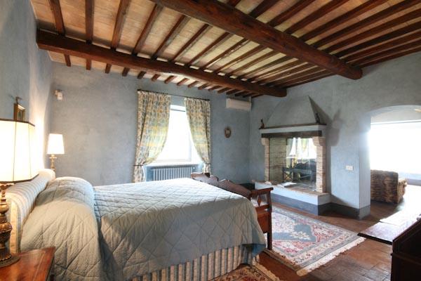 Das Eigentümer-Schlafzimmer mit Kamin im Obergeschoss