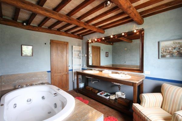 Il bagno en-suite con vasca jacuzzi della camera padronale