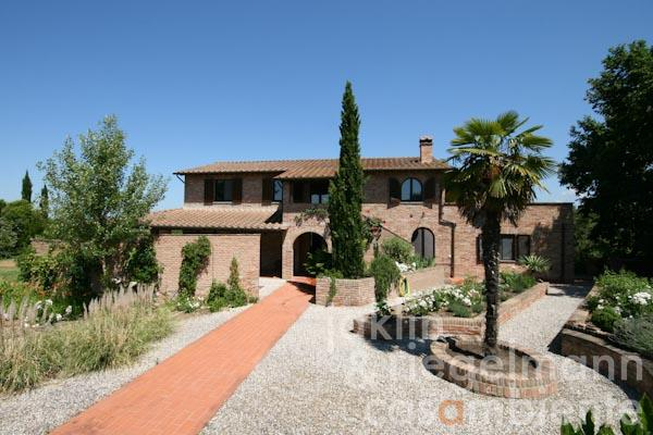 The country estate for sale with pool and views onto Montepulciano