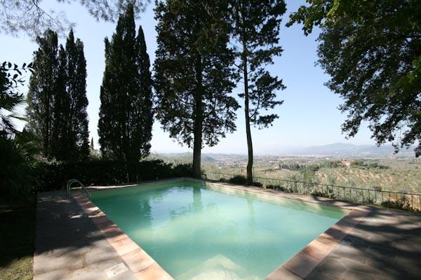 La piscina con vista panoramica sul duomo di Firenze e la città d'arte