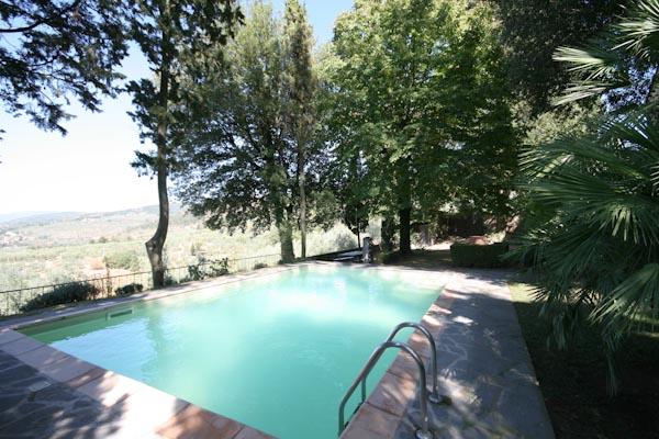 La piscina inserita nel giardino curato