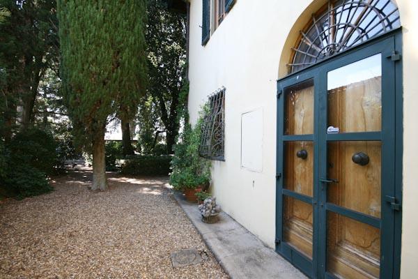 La parte della villa esposta a sud con la seconda porta finestra per accedere al soggiorno