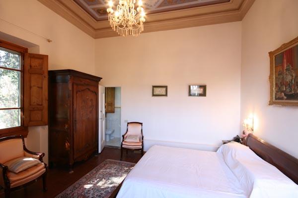 Una delle camere da letto con bagno en-suite al piano superiore
