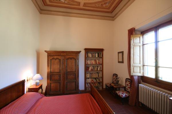 Una delle camere da letto con bagno en-suite al piano superiore e vista sugli oliveti